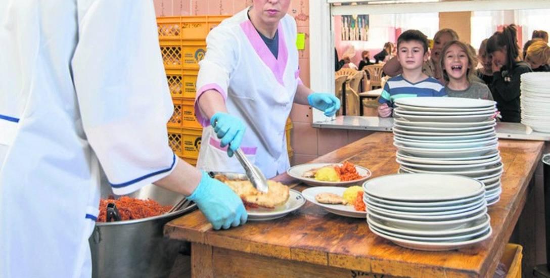 Justyna Peplińska i Magdalena Andrzejewska, które pracują w szkolnej kuchni w SP nr 32, dziennie wydają 320 obiadów dla uczniów