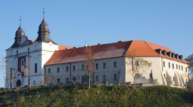 Kompleks klasztorny powstały w XI wieku, położony nad Jeziorem Mogileńskim został ufundowany najprawdopodobniej przez Kazimierza Odnowiciela