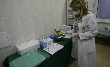Lekarz dyżurny ze szpitala w Gdańsku wykonuje test paskowy w kierunku grypy A i B, by móc stwierdzić obecność wirusa grypy A/H1N1