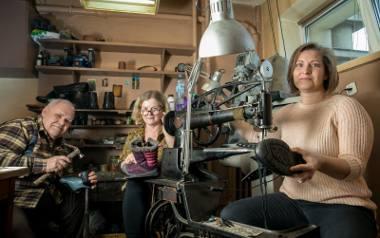 Marian Nowak z żoną Haliną i córką Joanną w swoim nowohuckim warsztacie szewskim