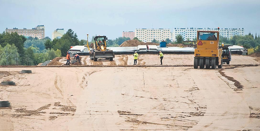 Prace na placu budowy obwodnicy S6 Koszalin - Sianów - jak widać - trwają, ale wciąż nie wiadomo, kiedy się zakończą