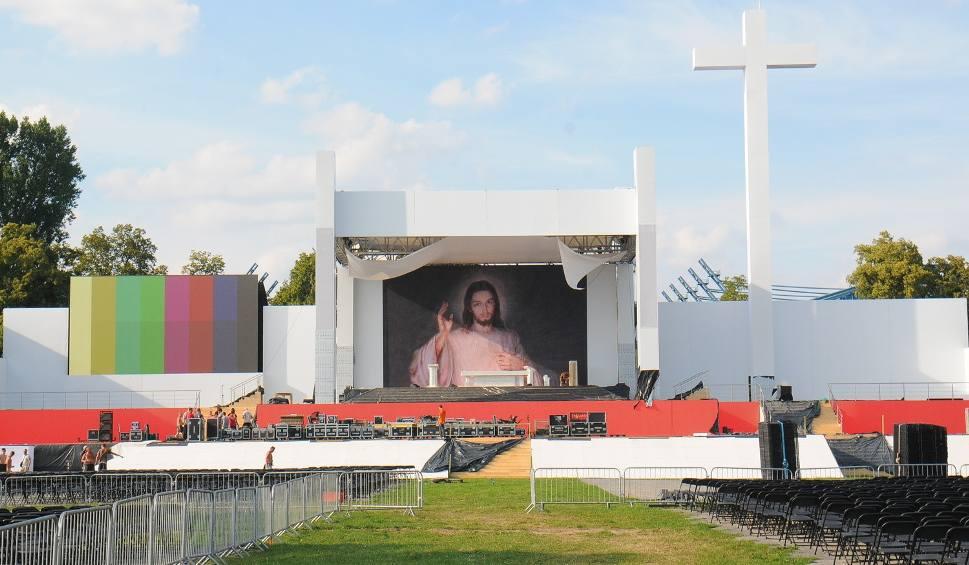 Film do artykułu: Kraków. Ołtarz na Błoniach gotowy i podoba się krakowianom [ZDJĘCIA]