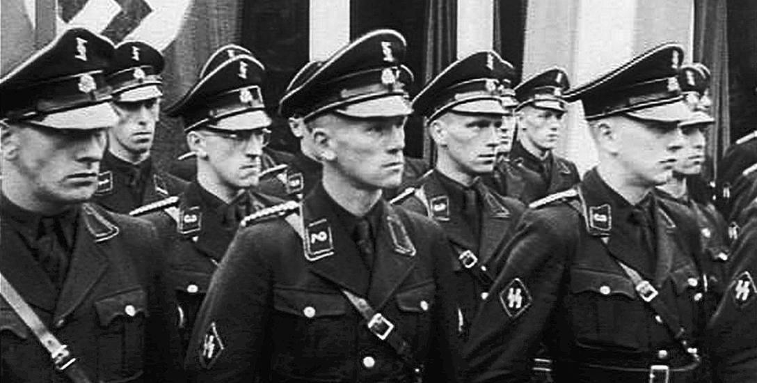 Tak prezentowali się funkcjonariusze Gestapo w jednym z niemieckich miast. Takie mundury można było zobaczyć też w Koszalnie