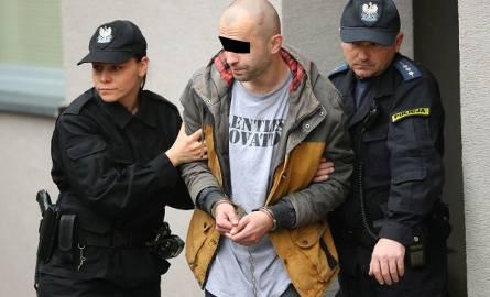 27-letni nożownik prowadzony na przesłuchanie do prokuratury