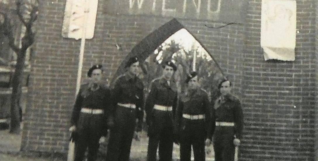"""Żołnierze z 5 Kresowej Dywizji Piechoty w rejonie Bolonii. Nad nimi żubr - symbol siły """"Kresowiaków"""" (Z """"Kroniki"""" 5 KDP)"""