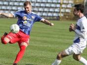 Prawy obrońca Robert Trznadel (przy piłce) był wyróżniającym się piłkarzem Odry i zaliczył asystę.