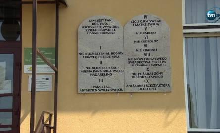 O Andrzeju Głazie, wójcie Tuszowa Narodowego, głośno zrobiło się w czerwcu, kiedy na szkolnych murach powiesił kamienne tablice z Dekalogiem: po 2 na