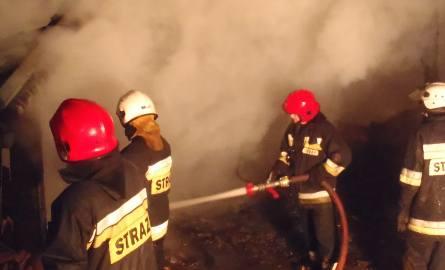 Pioruny zapaliły dom i stodołę. Strażacy gaszą ogień