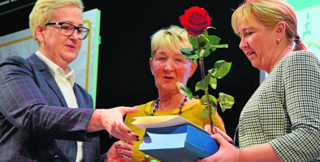 (Od lewej): Wiceprezydent Wioleta Haręźlak i Maria Miłuch wręczają nagrodę Kindze Krutulskiej