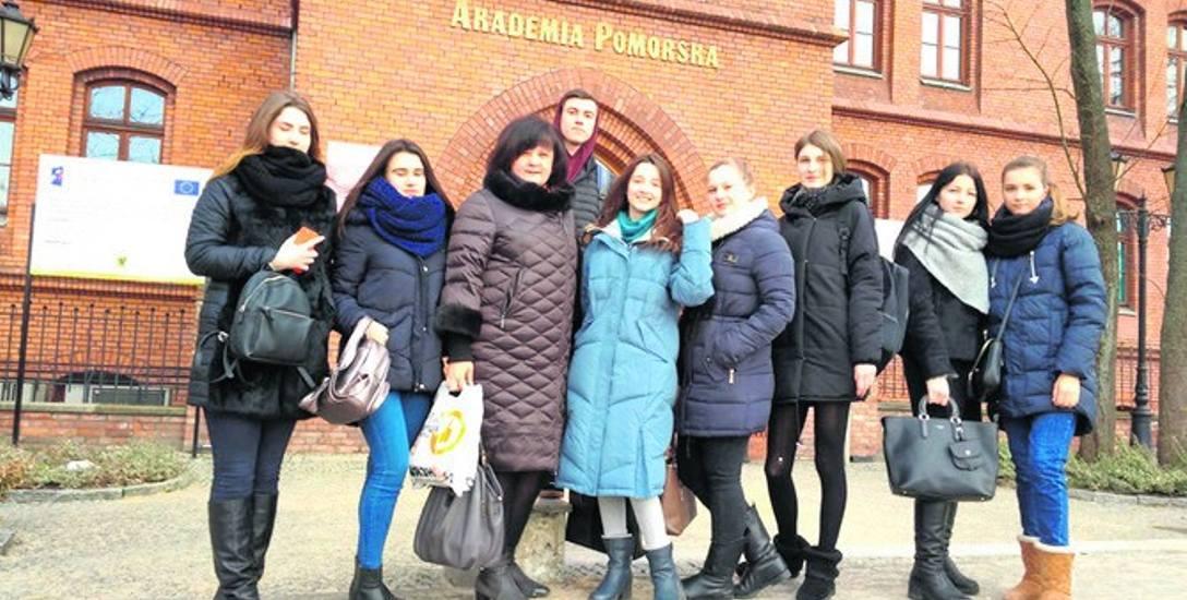 Studenci Chersońskiego Uniwersytetu Państwowego z opiekunką dr Iryną Goshtanar