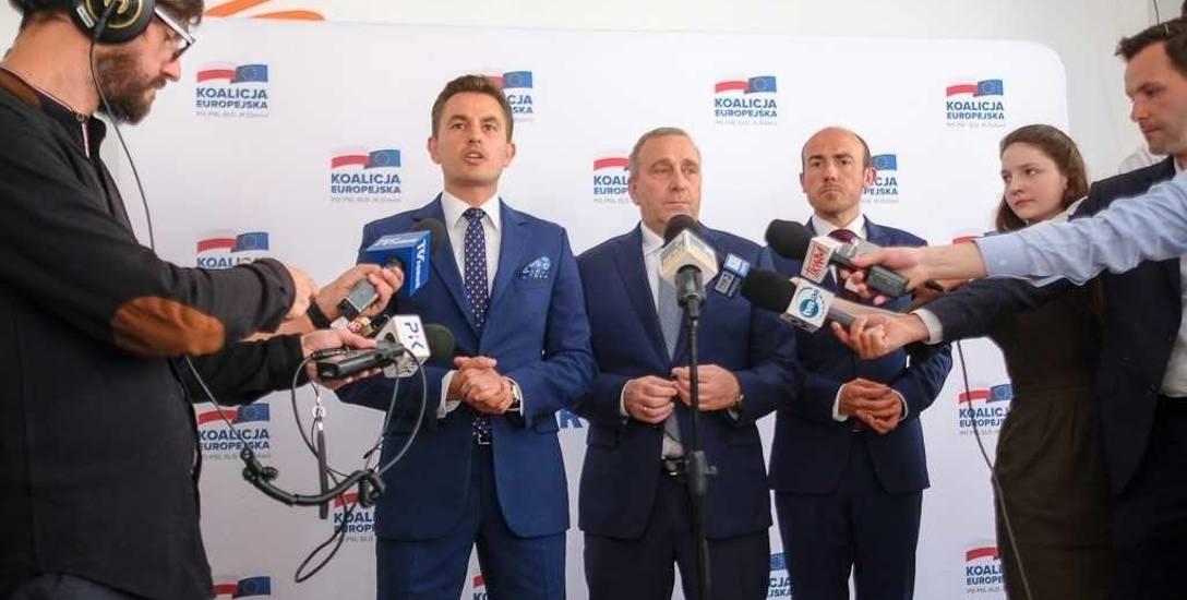 Grzegorz Schetyna  (w środku) przedstawił  kulisy powstania niezależnej komisji ds. pedofilii w Kościele
