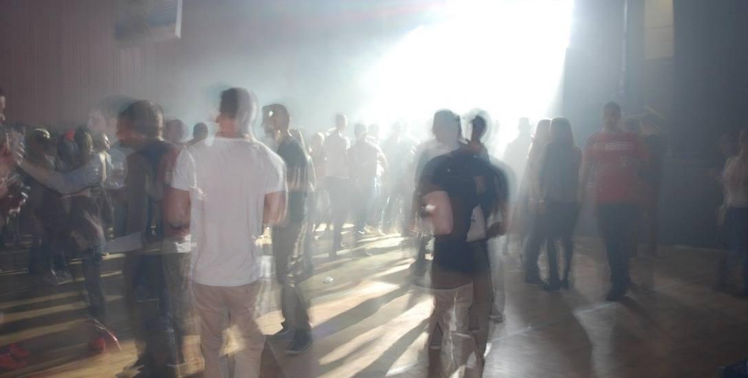 Mono Club w Szubinie ściąga wiele osób, zwłaszcza w weekendy. Bywa różnie.