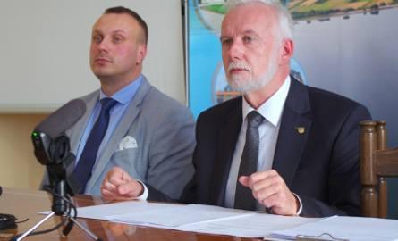 Prezydent Tarnobrzega Dariusz Bożek i prokurent Tarnobrzeskiego Towarzystwa Budownictwa Społecznego Łukasz Mędrykowski na konferencji dotyczącej sytuacji