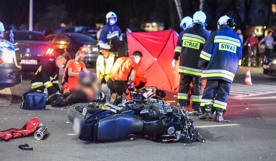 Film do artykułu: Śmiertelny wypadek w Lesznie. Tragedia na skrzyżowaniu - zginął 47-letni motocyklista, jego 19-letnia córka jest poważnie ranna