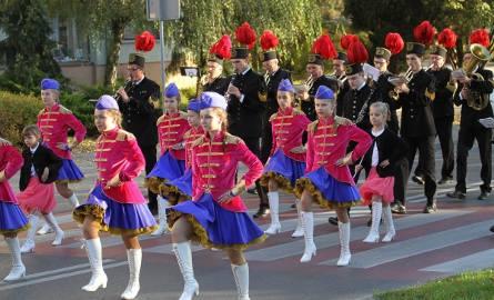 """Niezwykle barwne widowisko plenerowe zatytułowane """"Tarnobrzeskie drogi do niepodległości"""", mieli okazję zobaczyć w niedzielne popołudnie mieszkańcy Tarnobrzega."""