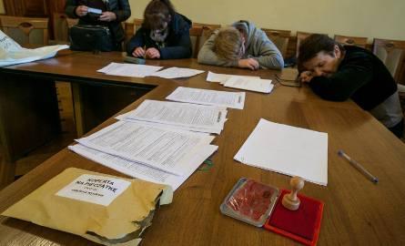 W poniedziałek przez cały dzień dowożono protokoły i listy wyborcze do MKW. Ale nie udało się ich policzyć