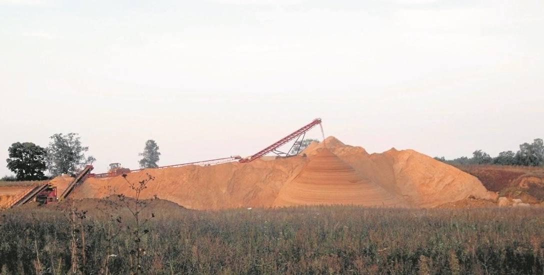 Złoże piasku i żwiru, eksploatowane od niedawna, znajdujące się zaraz za Storkowem (gmina Ińsko) ma powierzchnię ponad 17 hektarów. Wydobycie kruszywa