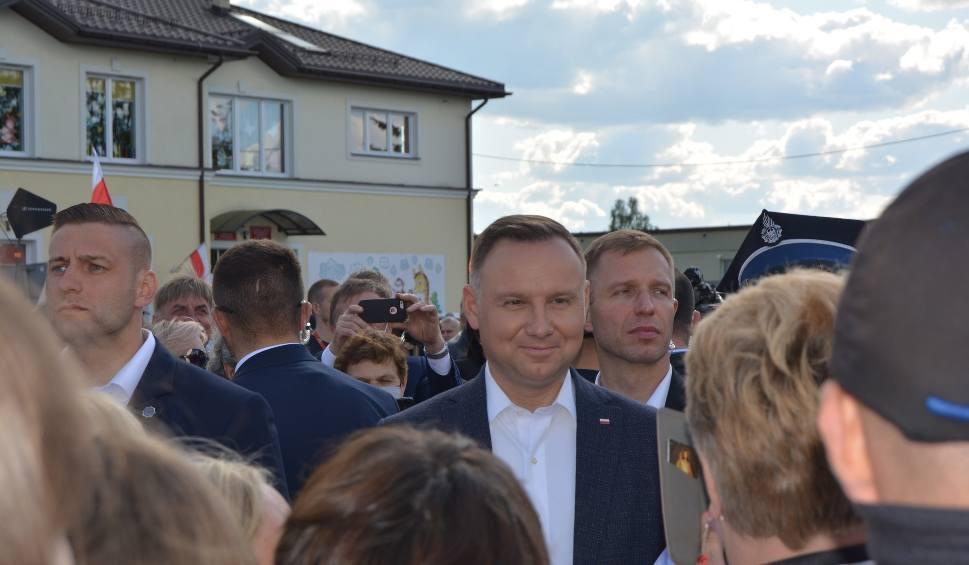 """Film do artykułu: Troszyn. Andrzej Duda w Troszynie. Prezydent spotkał się z mieszkańcami. """"Damy radę!"""" skandował tłum"""