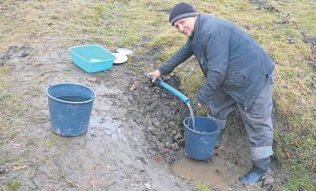 Wiadrami noszą wodę do domu