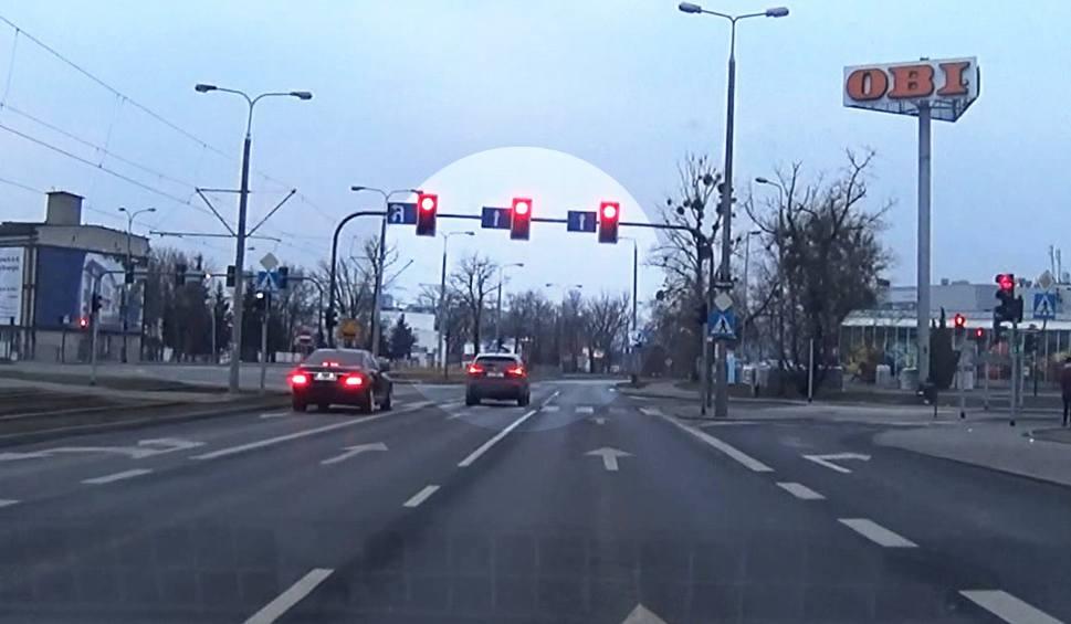 Film do artykułu: Bydgoszcz. Upewnił się, że nic nie jedzie i... złamał przepisy [zobacz wideo - 22.01.2019]