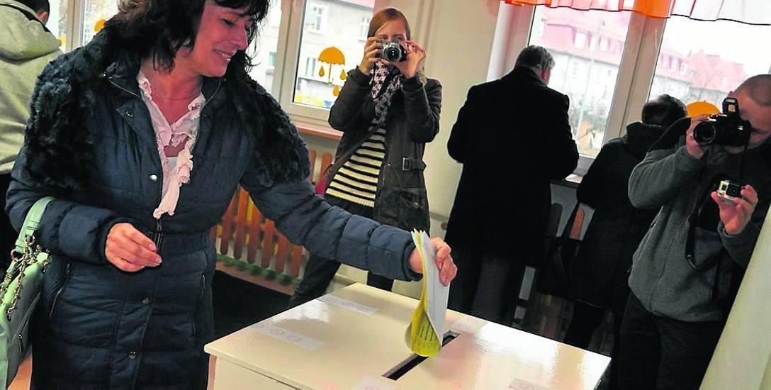 Rok 2014, głosuje Joanna Pawłowicz, która także ubiegała się wówczas o fotel burmistrza