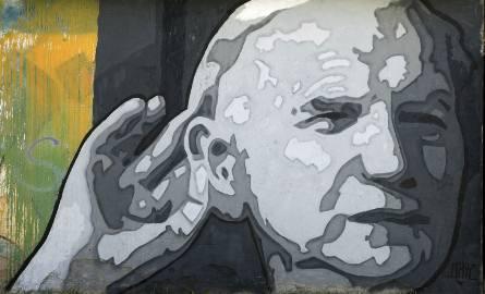Mural z twarzą Papieża w Łapach