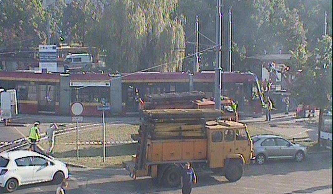 Wykolejenie tramwaju przy placu Niepodległości. Uszkodzona 10 bez kontroli jechała Piotrkowską!