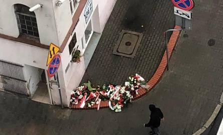 W związku z uroczystościami, które odbyły się dzisiaj w związku z 62. rocznicą powstania węgierskiego przy tablicach upamiętniających przy ul. Petera