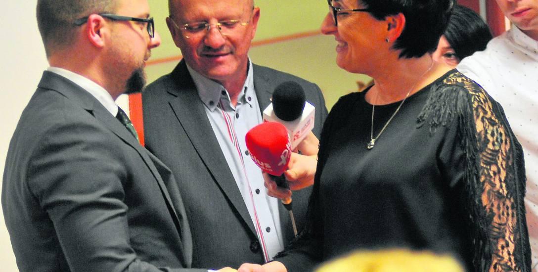 Ustępujący starosta Małgorzata Domagała gratuluje nowemu - Michałowi Wasilewskiemu, szefowi biura senatora Komarnickiego