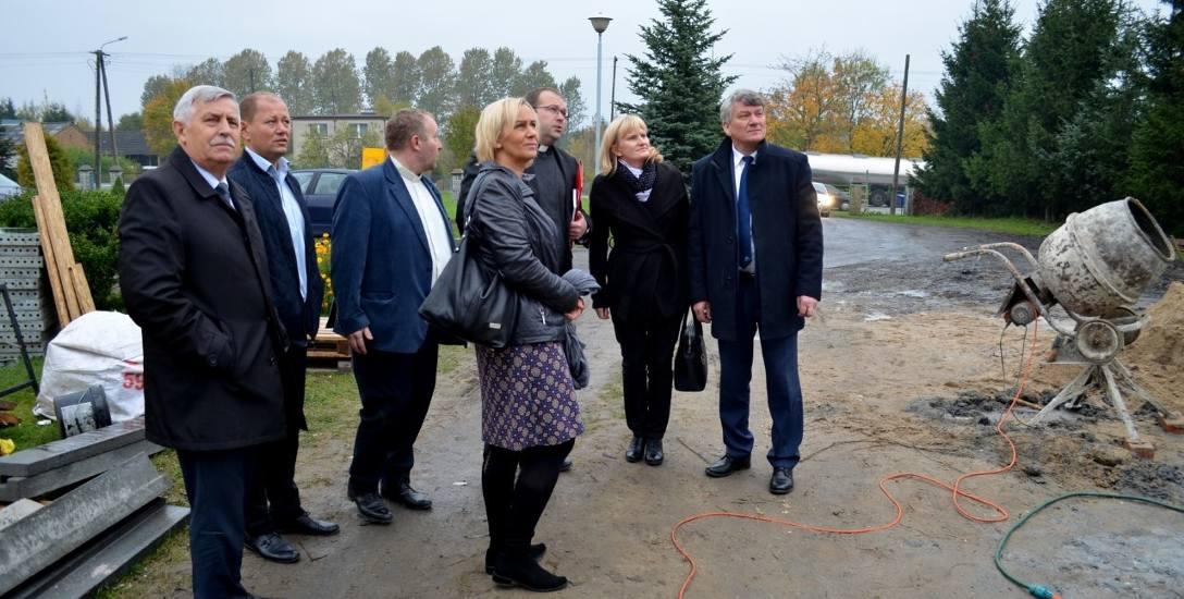 Władze powiatu słupskiego, gminy Kobylnica oraz ks. Roda na placu budowy w Sycewicach. Do końca grudnia wszystkie prace mają być zakończone.