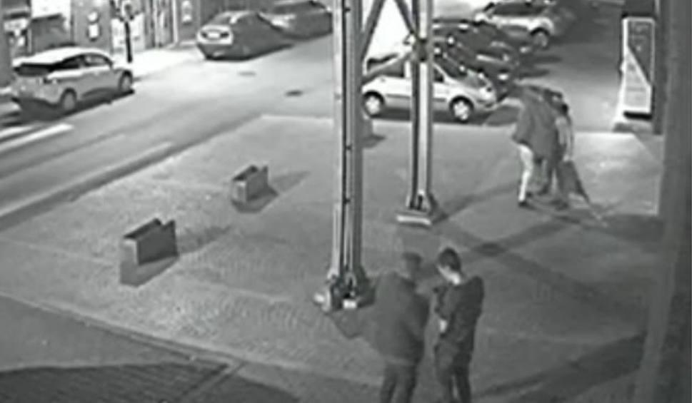 Film do artykułu: Brutalne pobicie w Zabrzu: Czterech na jednego w centrum miasta WIDEO + ZDJĘCIA