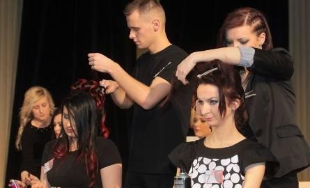 Widzowie na bieżąco mogli obserwować postępy młodych fryzjerów. Na przygotowanie uczesań mięli oni 30 minut.