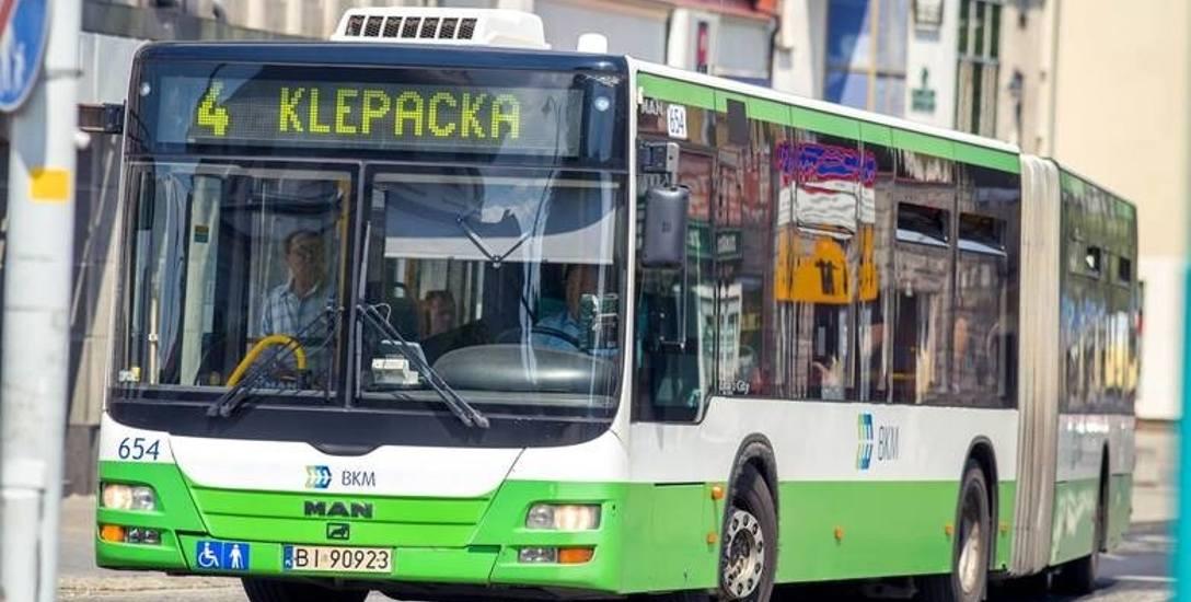 Białostockie autobusy nie są oklejane reklamami. Wewnątrz wielu z nich są też ekrany ledowe, ale nie wyświetlają się na nich reklamy.