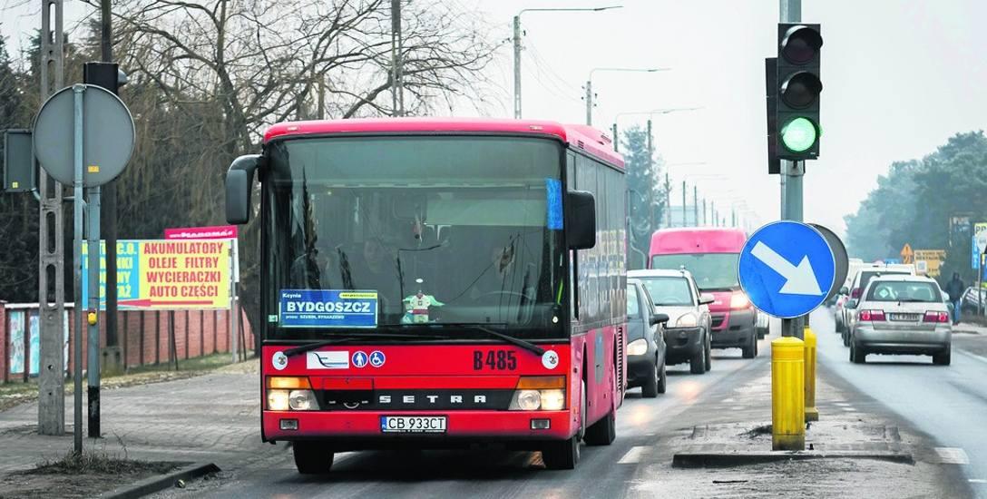 Ulica Szubińska, czyli droga wojewódzka 233, jest już w Białych Błotach zapchana do granic.