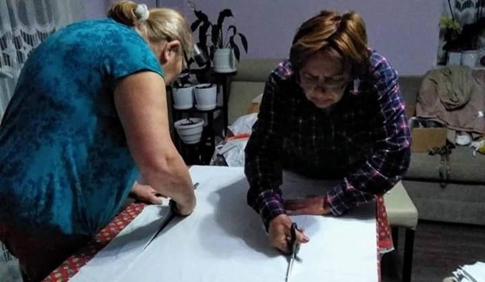 Film do artykułu: Koronawirus. W Grabowie nad Pilicą szyją maseczki ochronne dla służb medycznych. Sprawdź, jak możesz pomóc