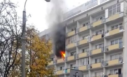 Pożar na al. Piłsudskiego. Wybuchł w bloku wielorodzinnym (zdjęcia, wideo)