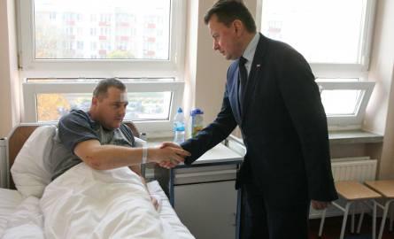 Tragiczny wypadek w Łopienniku. Mariusz Błaszczak odwiedził rannego policjanta