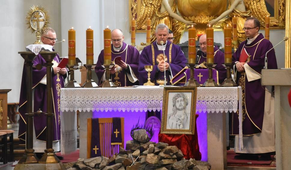 Film do artykułu: Transmisja uroczystej mszy z sanktuarium na Świętym Krzyżu. W Niedzielę Palmową również zapraszamy do wspólnej modlitwy [ZDJĘCIA, ZAPIS]