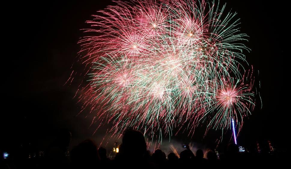Film do artykułu: Ależ to był wieczór! Piękne fajerwerki i tysiące ludzi na Wałach