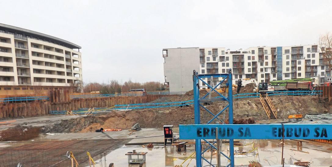 Trwa budowa podziemnej kondygnacji. Hotel będzie miał sześć pięter. Parter zajmą m.in. restauracje, baza SPA i Wellness, sale konferencyjne.