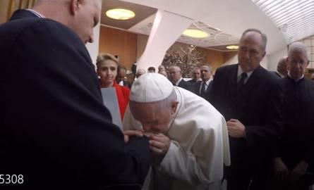 Symboliczny wymiar tego gestu jest nie do przecenienia: Papież Franciszek całuje rękę ofiary księdza pedofila