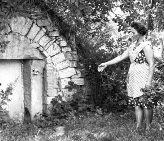 Helena Śliwa wskazuje miejsce, w którym zastrzelona została jej matka. Około 1968 roku