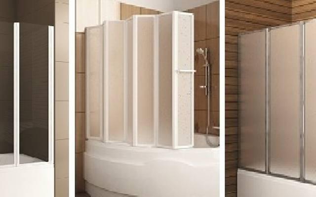 W bardzo małej łazience dobrze zamontować parawan ze szkła przejrzystego, który nie pomniejszy optycznie pomieszczenia. W dużej, gdzie chcemy oddzielić