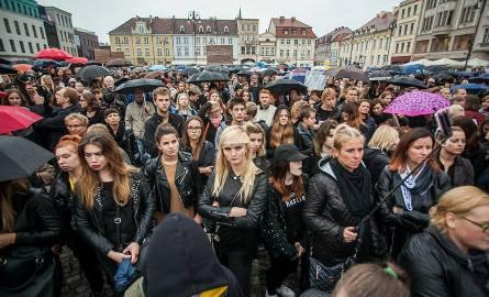 Uczestnicy październikowego czarnego protestu w Bydgoszczy przeszli z Placu Teatralnego na Stary Rynek wyrażając swój sprzeciw wobec ustaw dotyczących
