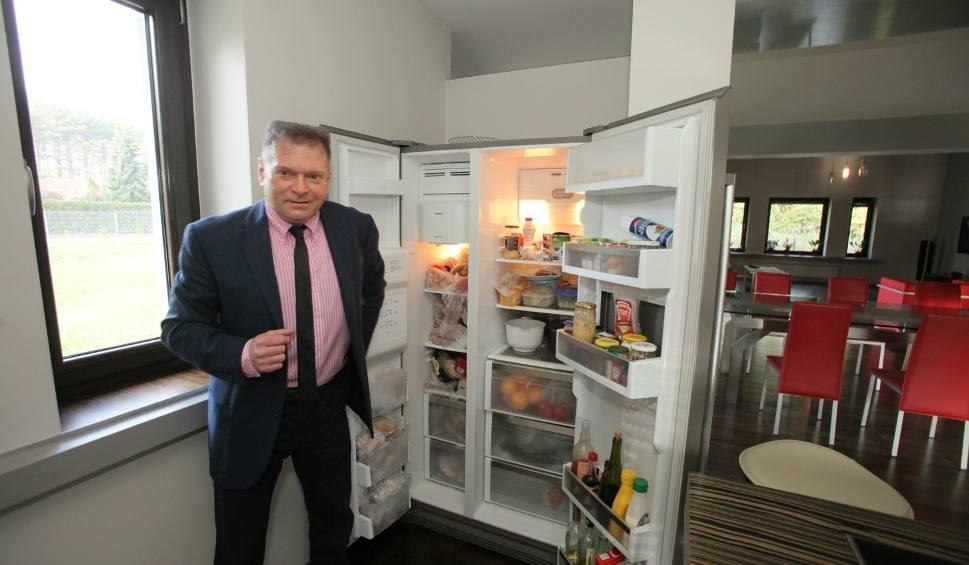 Film do artykułu: Krzysztof Rutkowski, jak mieszka łódzki detektyw? Dom detektywa Rutkowskiego! Rutkowski ma przy łóżku różaniec i rewolwer. Zobacz zdjęcia!