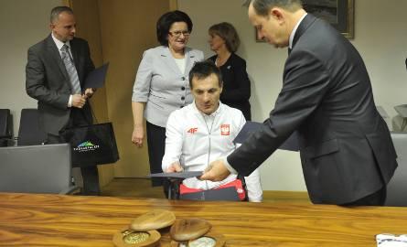 Rafał Wilk odebrał nagrodę z rąk marszałka Władysława Ortyla.