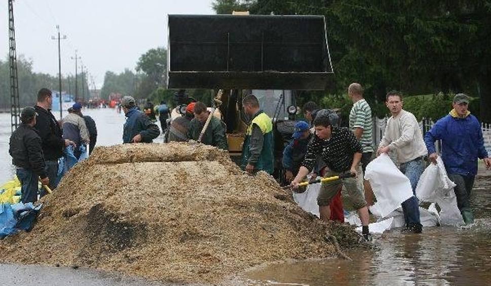 Film do artykułu: Alarm powodziowy w Cholewianej Górze w gminie Jeżowe