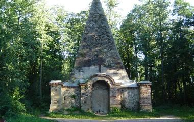 Piramida w Rapie została wybudowana na bagnach w posiadłości barona Friedricha von Farenheida. Miejsce zostało wybrane nieprzypadkowo