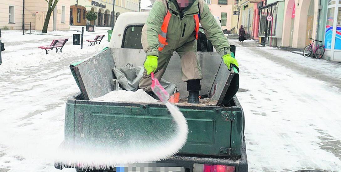 Odpowiednie firmy zajmują się nie tylko posypywaniem solą chodników, ale i np. wywozem śniegu