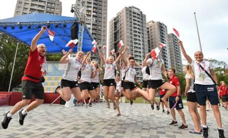 Polskie koszykarki w doskonałych humorach uczestniczyły w ceremonii wciągnięcia polskiej flagi na maszt w wiosce uniwersjadowej. Oby w tak samo dobrych